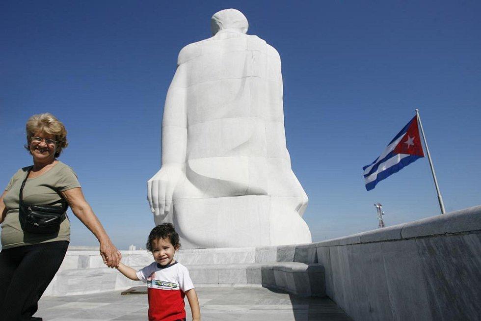 Žena s dítětem u obří sochy José Martího na náměstí Revoluce v havaně