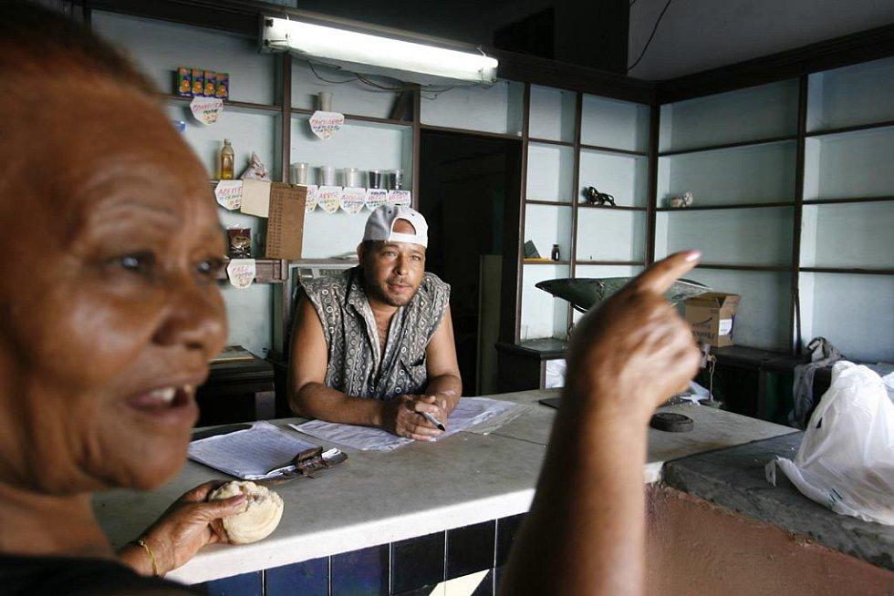 Scénka v jednom z kubánských obchodů s potravinami na příděl