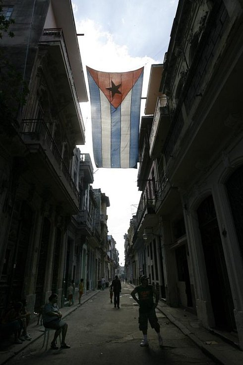 Kubánská vlajka vlající mezi domy ve staré Havaně
