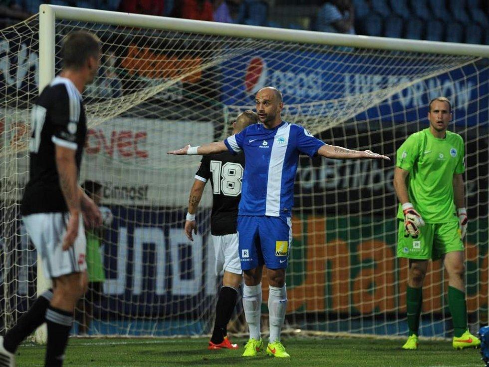 Jako by se liberecký obránce Miloš Karišik divil, že se v Budějovicích zase hraje liga. Hraje - a Dynamo hned v prvním zápase sebralo Liberci dva body.