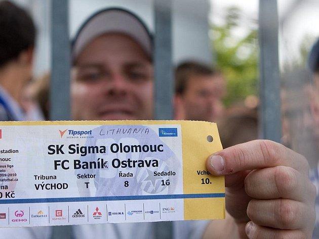 Fanoušek Baníku se v Olomouci vydával za Litevce a na stadion se dostal.