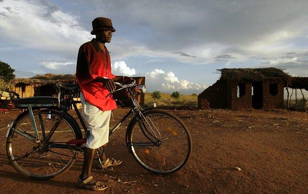 Langiton Sitima s jízdním kolem čeká na zákazníky na hlavní silnici v Malawi.