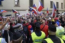 Odpůrci vládních opatření proti šíření koronaviru demonstrují 7. července 2021 na pražském Malostranském náměstí. Protestují mimo jiné proti covidovým certifikátům.