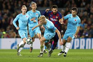 Lionel Messi v obklopení hráčů Slavie, v popředí je Michal Frydrych, vpravo Ondřej Kúdela.