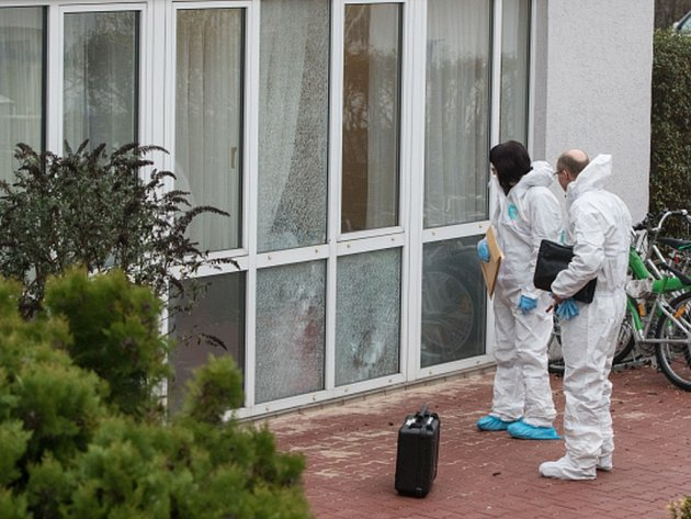 Jednoho lehce zraněného si dnes vyžádala střelba na ubytovnu pro žadatele o azyl na západě Německa.