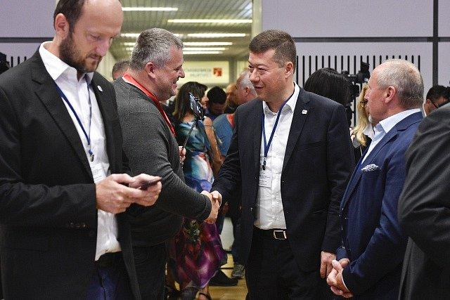 Předseda hnutí Svoboda a přímá demokracie (SPD) Tomio Okamura (druhý zprava) a místopředseda Jaroslav Holík (vpravo) hovoří s delegáty celostátní volební konference hnutí.