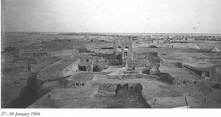 Hlavním městem Kataru je Dauhá, kam se po objevení ložisek ropy a zemního plynu soustředila většina obyvatel, z jejichž původních sídel se stala města duchů. Kdysi ale i Dauhá byla pouze malým městem (na snímku původní Dauhá).