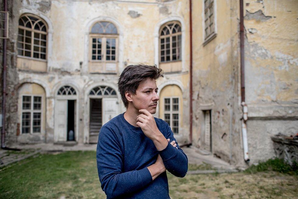 Matěj Stropnický na jeho zámku v Osečanech 9. července.