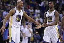 Jarrett Jack (vlevo) a Harrison Barnes z Golden State Warriors. .