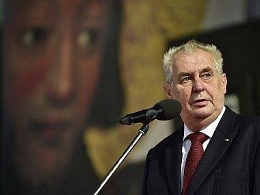 V sobotu 28. října Miloš Zeman naposledy ve svém funkčním období předá u příležitosti výročí vzniku republiky státní vyznamenání. V minulosti svým výběrem budil mnoho kontroverzních reakcí, nejvíc loni, kdy nakonec nepředal řád Jiřímu Bradymu.