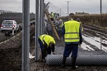 Maďarsko staví na hranicích e Srbskem plot proti migrantům.
