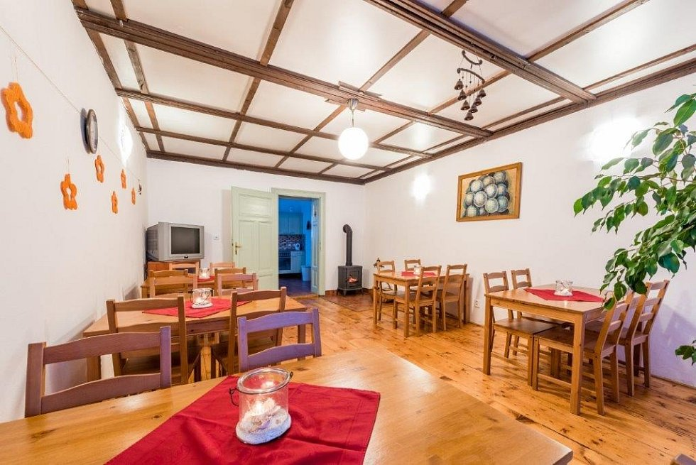 Penzion Albrechtova vyhlídka provozují manželé Michalkovi. Dříve v budově sídlila škola.