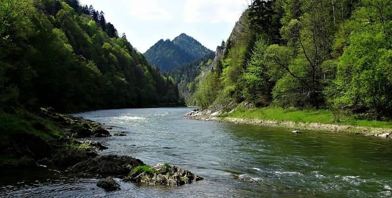 Údolími slovenského národního parku Pieniny protéká řeka Dunajec.