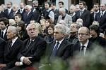 Poslední rozloučení s Valtrem Komárkem proběhlo ve strašnickém krematoriu v Praze. Zeman, Štěch a Sobotka.