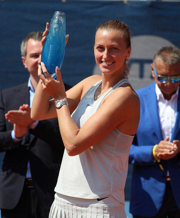 Petra Kvitová s trofejí pro vítězku turnaje v Praze.