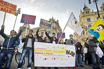 Několik desítek lidí se dnes v Praze zúčastnilo demonstrace na podporu autonomie v takzvané Rojavské oblasti na severu Sýrie. Její součástí je i město Kobani, které se už několik týdnů přes odpor kurdských milic pokouší dobýt Islámský stát.