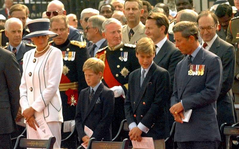 V prvních letech manželství Diany a Charlese vypadalo navenek pohádkově. Pár přivedl na svět dva syny, prince Williama a Harryho. Manželství ale šťastné ve skutečnosti nebylo a vyústilo v medializovaný rozvod. Příčinou byl Charlesův románek.