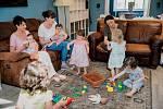 Mamuny - sdílné domácnosti svobodných matek ve společných bytech.