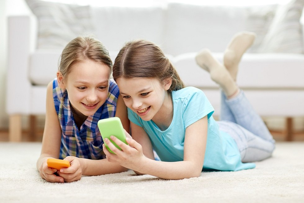Dítě, mobilní telefon, smartphone, tablet. Ilustrační foto