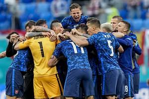 Slovenští fotbalisté oslavují výhru nad Polskem.