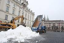 Na Hradčanském náměstí  začalo zasněžování  před závodem běžců na lyžích  Pražská lyže.
