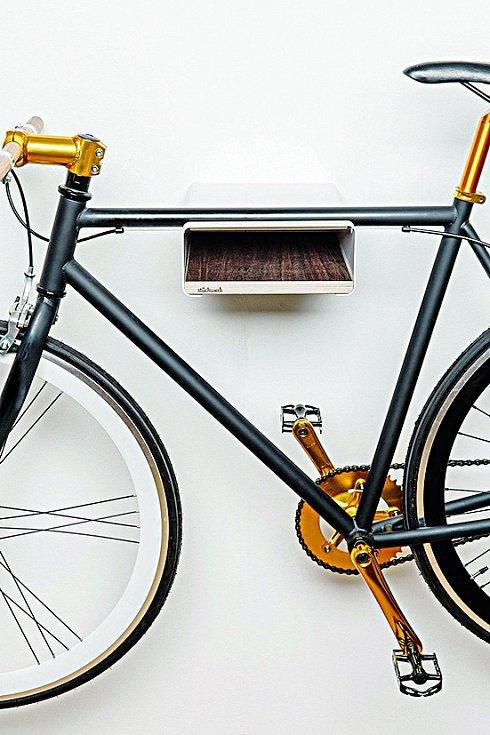 Věšák, nebo polička? Elegantní interiérové doplňky od německého výrobce Stückwerk poslouží k zavěšení kola i uložení doplňků