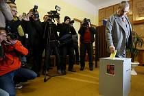 Karel Schwarzenberg vhodil svůj volební hlas v pátek 25. ledna 2013 ve středočeských Sýkořicích na Rakovnicku.