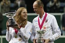 Petra Kvitová a kapitán českých tenistek Petr Pála s trofejemi pro vítěze Fed Cupu.
