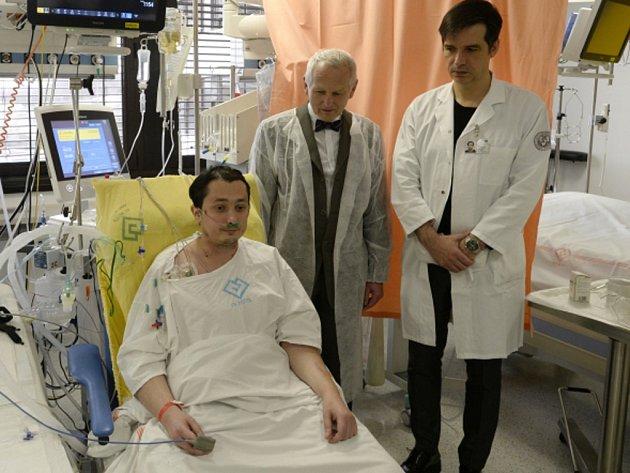 Čtyřiatřicetiletý pacient Jiří (vlevo) zákrok postoupil kvůli cystické fibróze, závažnému genetickému onemocnění, kvůli němuž mu selhávaly plíce. Jeho stav komplikovalo srdeční onemocnění. Bez transplantace by nepřežil.