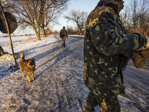 Dva ukrajinští vojáci byli během uplynulých 24 hodin zabiti a dalších 14 zraněno v léčce, kterou proruští separatisté nastražili u Luhanska na východě země. Ilustrační foto.