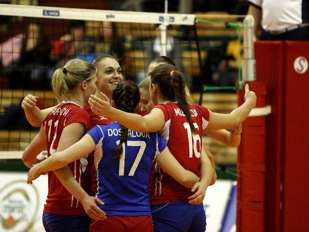 Volejbalistky Olympu Praha se radují z vítězství.