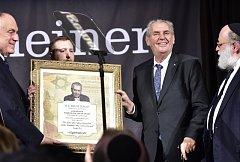 Prezident Miloš Zeman převzal 18. září v New Yorku ocenění za dlouhodobou podporu Izraele a Židů od Americké židovské organizace Gershon Jacobson Jewish Continuity Foundation (GJCF).