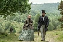 VIKTORIÁNSKÝ SVĚT. Charles Dickens (Ralph Fiennes) a Nelly (Felicity Jonesová).