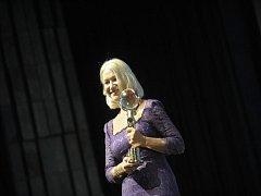 Na slavnostní zahájení si Helen Mirren oblékla noblesní fialovou krajkovou róbu, přesně jak se k významné události sluší.