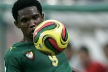 Kamerunský útočník Samuel Eto´o v zápase se Zambií.