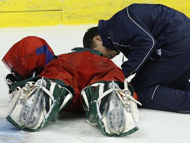 Brankář Alexander Jeremenko krátce po zranění v péči fyzioterapeuta.