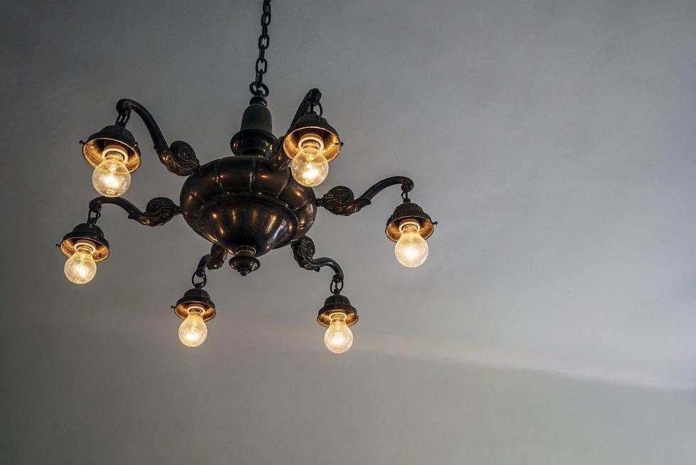 """Všechno je zde protknuté vůněmi éterických olejů zaromalamp. """"Mám ráda, když svíčky tvoří stíny a žárovkové světlo je ztlumené,"""" dodává."""