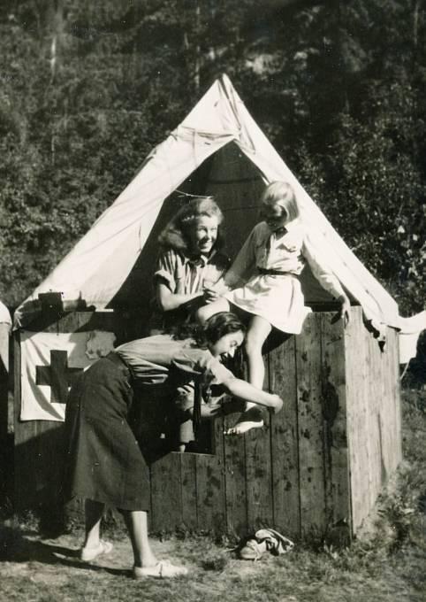 Na skautském táboře těsně před komunistickým převratem. Jiřina Čechová je na fotografii nejmenší dívka
