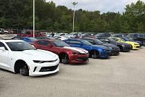 Prodejci Chevroletů zloději ukradli kola z 48 aut.