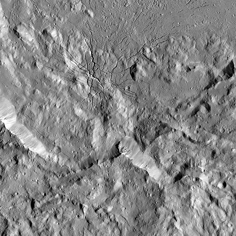 Snímek pořízený 17. srpna 2016 kosmickou lodí Dawn od NASA ukazuje složitý komplex zlomů v jihozápadní oblasti dna kráteru Occator na Ceresu