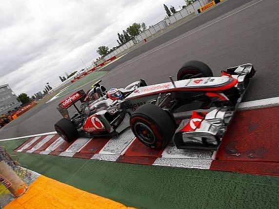 Jenson Buton vyhrál díky manévru v posledním okruhu.