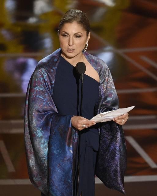 Anúše Ansáriová přebírá cenu za nepřítomného íránského režiséra, jenž byl oceněn za snímek Klient