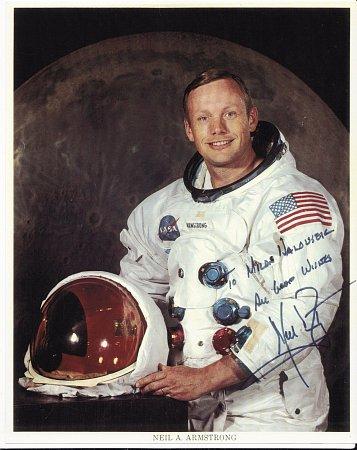 Neil Armstrong daroval Milanovi Halouskovi fotografii isosobním věnováním.