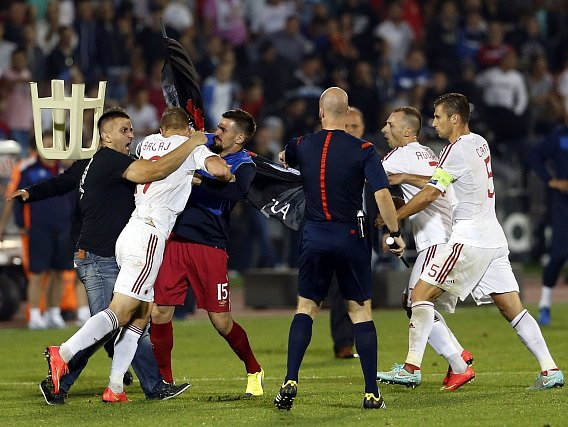 Srbsko - Albánie: Bekim Balaj byl napaden fanoušky domácího týmu