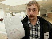 Roman Bečka, kterému žena při porodu zemřela, se domnívá, že personál chyboval. Na snímku si Bečka vyžádal kopie kompletní zdravotní dokumentace a podal na nemocnici trestní oznámení.