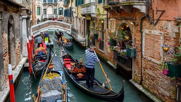 Benátky. Město zavedlo poplatek 3 eura za vstup do historického centra pro turisty, kteří se tu neubytují. Do laguny město také zakázala vjezd obřích výletních lodí