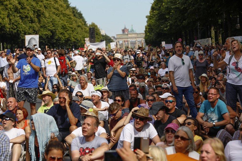 Tisíce lidí vyšly v Berlíně do ulic protestovat proti koronavirovým opatřením v zemi.