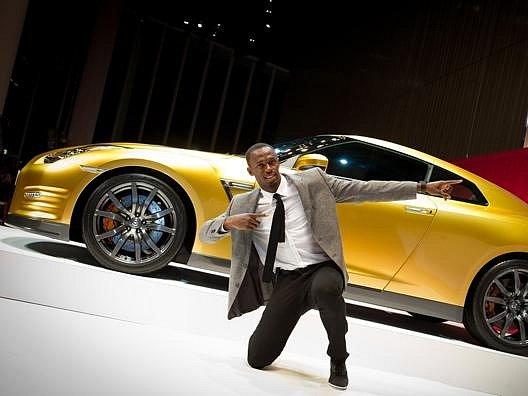 Bolt pózuje u zlatého GT-R