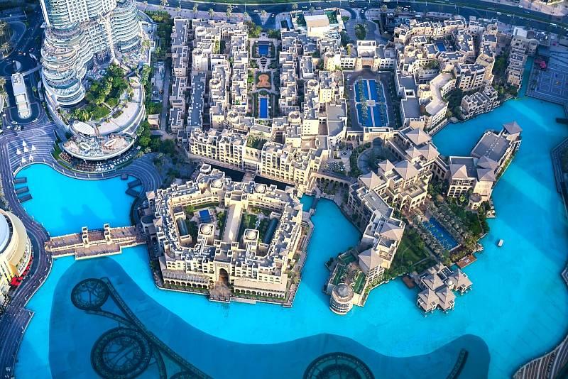 Dubaj je známý luxusními hotely. Při pohledu z nejvyšší budovy světa Burdž Chalífa proto uvidí mimo jiné množství bazénů.
