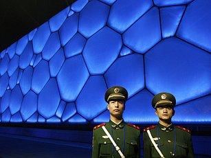 Čína investuje do přípravy olympiády obrovské částky. V pozadí nový olympijský bazeén v Pekingu.